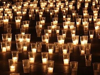 Svíčky v kritizovaných plastových kelímcích při pietním aktu za oběti pandemie...