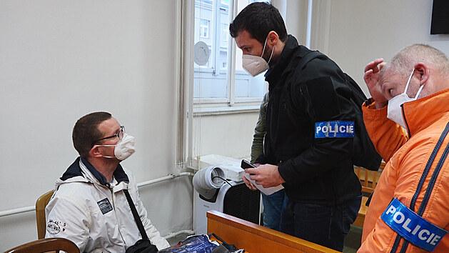 """""""Půjdete s námi."""" Slováka z filmu V síti odvedla od soudu policie"""