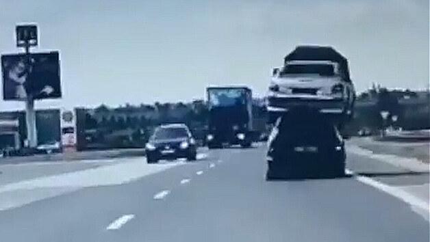 V Trnavě jako v Africe. Policie zastavila auto s vrakem na střeše