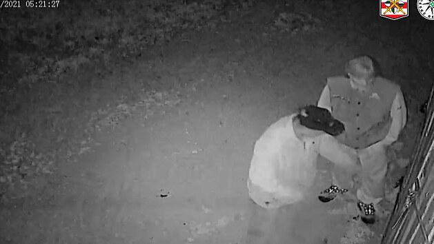 Zloději páčili zámky pod kamerou, pak do ní pohlédli