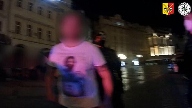 Opilý muž vjel autem na Staroměstské náměstí, policii vyzval k zápasu