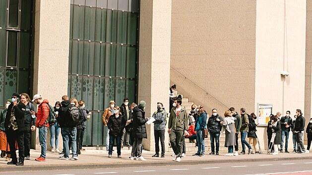 Němci čekají hodiny v nekonečných frontách. Zájem o očkování je velký