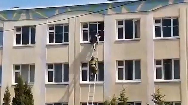 Dva ozbrojenci začali střílet ve škole v ruské Kazani, nejméně 11 mrtvých