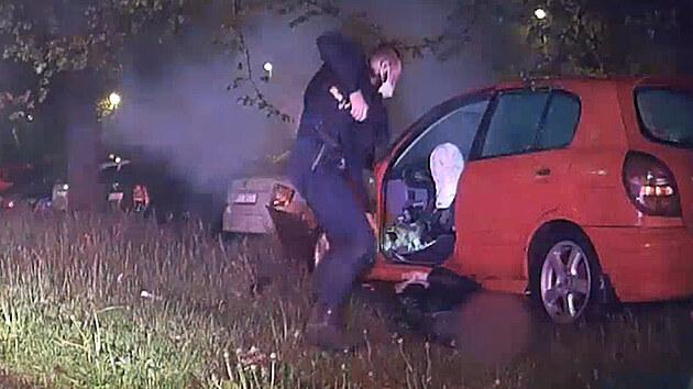 Honička s policií noční Prahou skončila nárazem do stromu