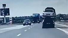 Policie v Trnavě zastavila auto s vrakem na střeše