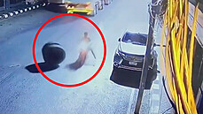 Motorkáře překvapilo obří kolo z kamionu