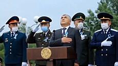 Uzbečtí činitelé nevěděli, jak se chovat při hymně