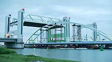 Pozor, pluje most. Převoz konstrukce omezil dopravu