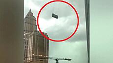 Vítr mlátil s plošinou umývačů oken o mrakodrap