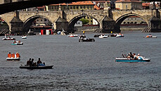Teplé počasí lákalo k vodě, Vltavu zaplnila šlapadla