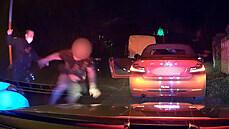 Neřídil jsem, tvrdil řidič a popral se s policisty