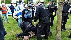 Před izraelskou ambasádou se protestovalo i zatýkalo
