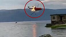Do čínského jezera se zřítil hasičský vrtulník