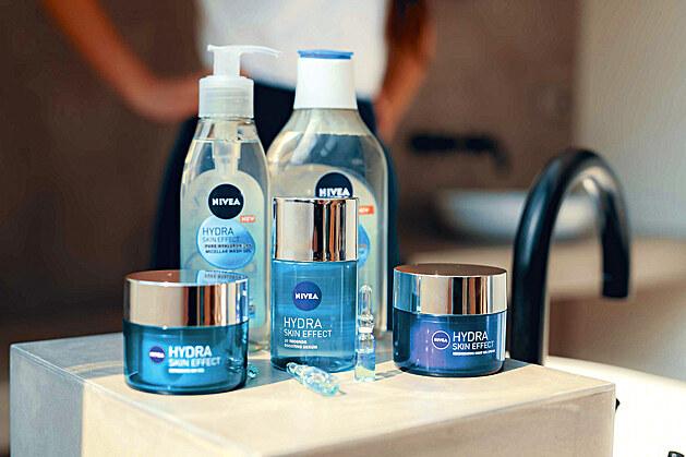 Nová řada NIVEA Hydra Skin Effect s čistou kyselinou hyaluronovou pleť nejen intenzivně hydratuje, ale také ztrojnásobuje tvorbu pleti vlastní kyseliny hyaluronové. Sestavte si z řady příjemný pečující rituál, který se bude starat o pleť šetrně a do hloubky.