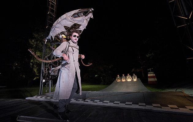 Prvním letošním představením před otáčivým hledištěm v Českém Krumlově je Muž Dvojhvězdy v režii Petra Formana.