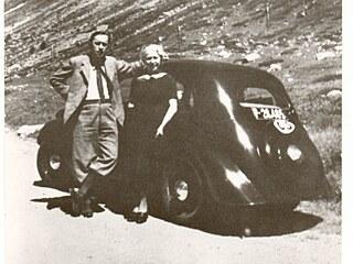 Alpy. Karel Čapek a Olga Scheinpflugová ve Švýcarsku ve Škodě Popular.