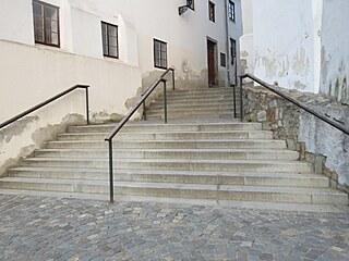 Cyklista spadl z kola při sjíždění schodů v centru Jindřichova Hradce.