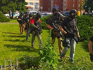 Policisté okolí domu uzavřeli a na místo dorazila i zásahová jednotka.