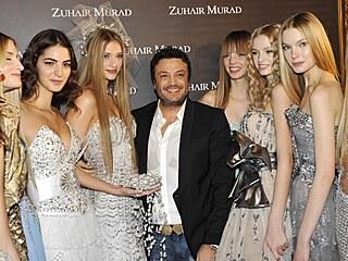 Návrhář Zuhair Murad v obklopení svých princeznovských modelů.