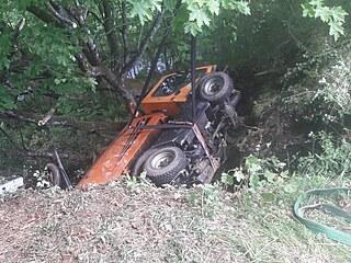 Nehoda v Železné Rudě na Šumavě. Vozidlo údržby silnic spadlo z vozovky a...