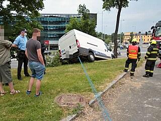 Špatně zabrzděné auto se samovolně rozjelo v sadech 5. května v Plzni a sjelo...
