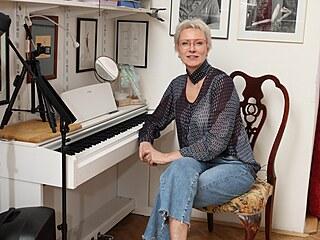 Až domů za ní chodí její žáci, které učí zpěvu u tohoto klavíru.