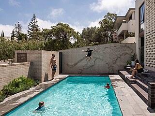 Když se rodině nechce k moři, mohou si všichni užívat bazén, který je hned za...