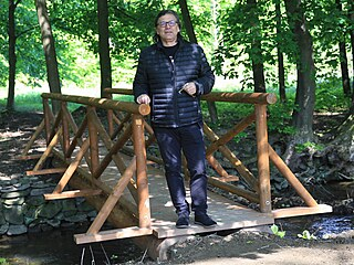 Kastelán zámku Radomír Přibyla u obnoveného mostku