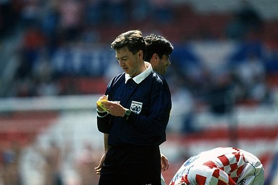 Švédskı sudí Leif Sundell, hlavní arbitr ètvrtfinále Eura 1996 mezi Chorvaty a...