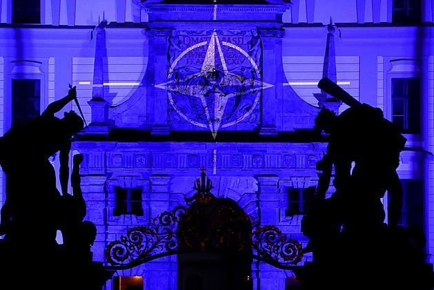 Pražský hrad v modrém. Vzdal poctu summitu NATO, zúčastní se ho i Zeman