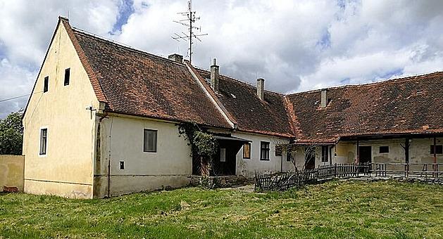 Ema Destinnová koupila v roce 1914 zámek ve Stráži nad Nežárkou. Patřil jí i statek, který je teď na prodej.