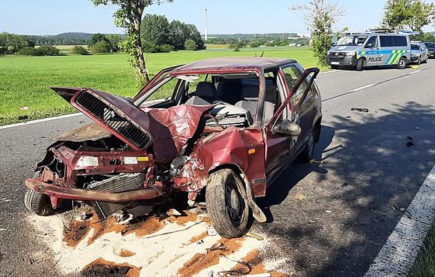 Náraz do stromu řidičku katapultoval z vozidla.