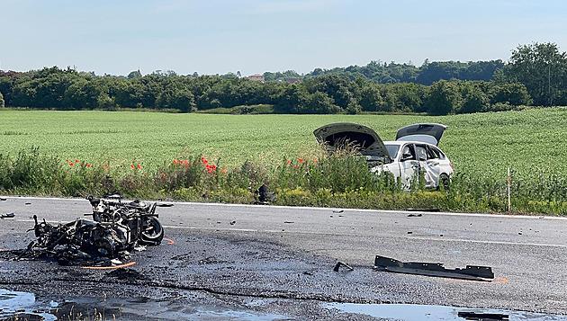 Podnapilý řidič srazil motorku na hlavní. Stroj shořel, motorkáře oživovali
