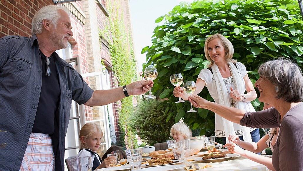 Oslava Dne otců se neobejde bez skvělé hostiny. A nezapomeňte na přípitek