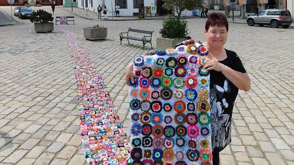Rekordmanka z Kaznějova vytvořila nejmenší ponožky i obří koberec květů
