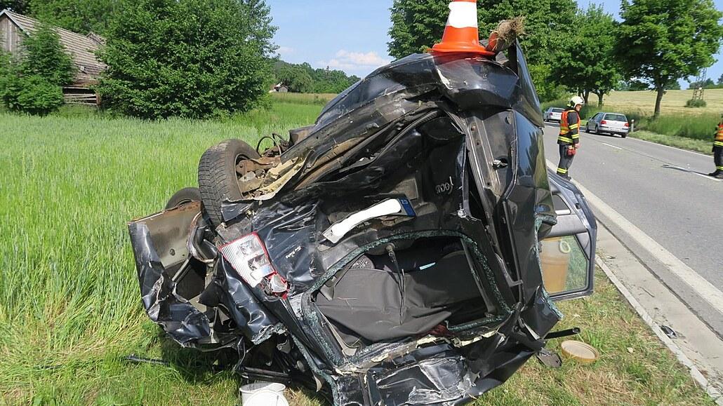 Řidič narazil do auta před sebou, pro zraněné dítě letěl vrtulník