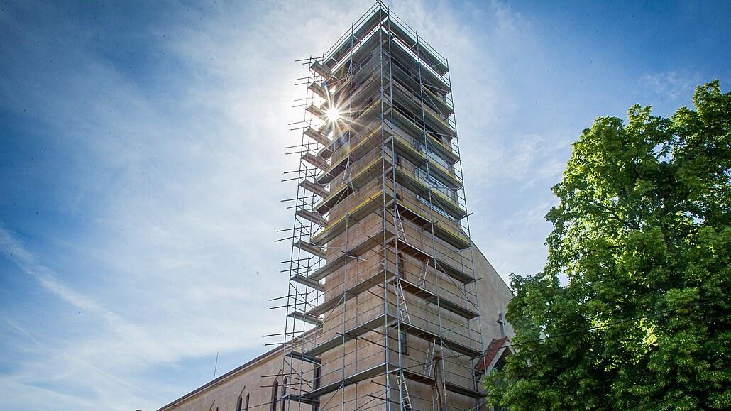 Při opravě kostela si mohou lidé adoptovat věžní hodiny nebo střechu