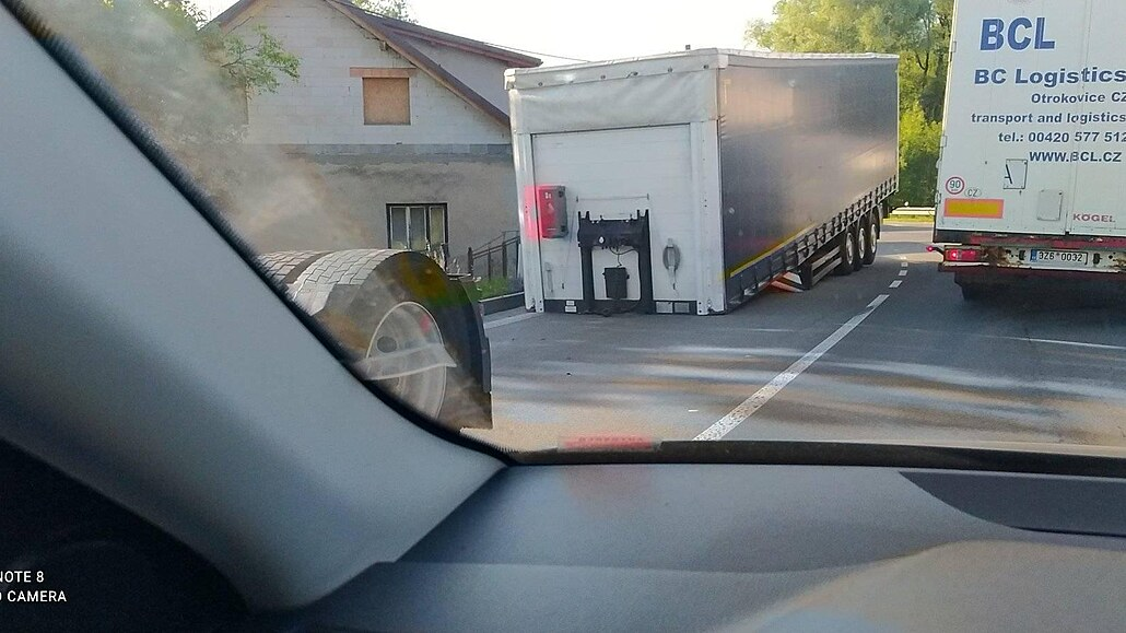 Kamion při zatáčení ztratil návěs, ucpal frekventovanou silnici u Třince