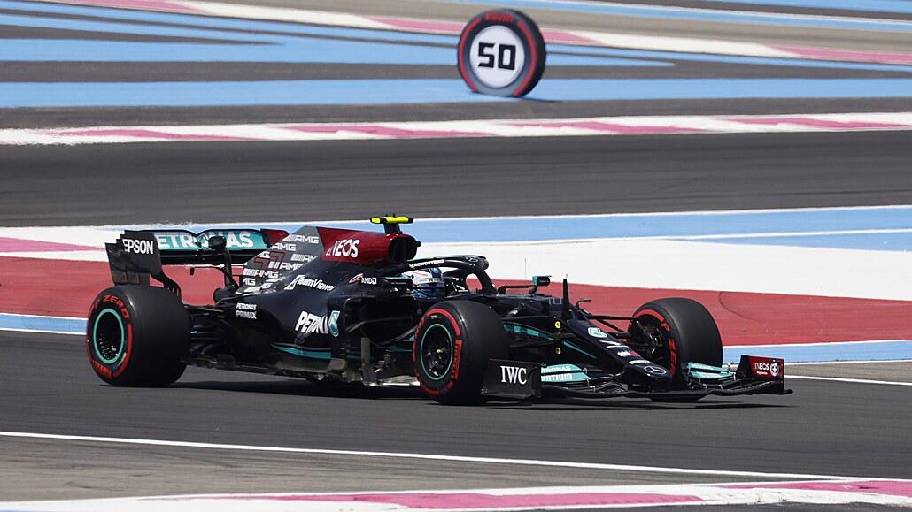 Úvodní tréninky ve Francii vyhráli Bottas a Verstappen, obrubníkům navzdory