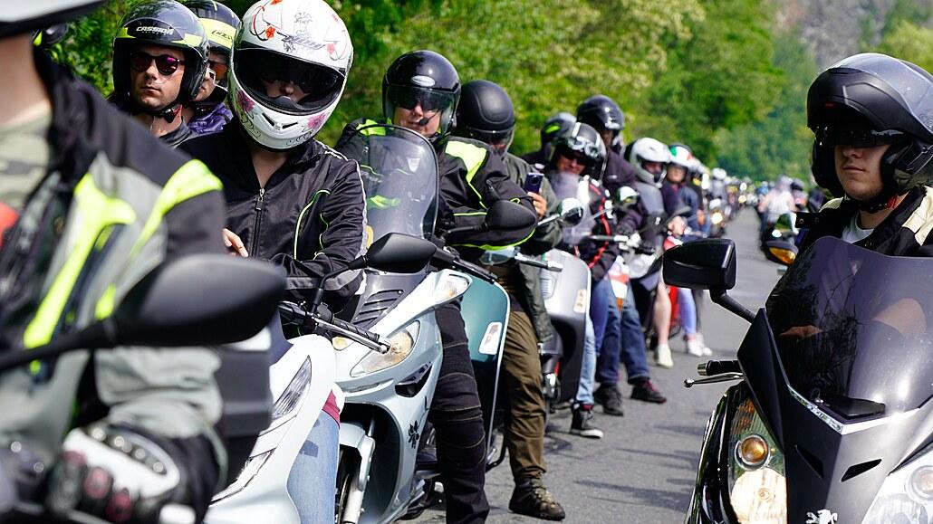 Prahou po dvou kolech. Skútršňůru letos upletlo 500 jezdců a zářivá Italka