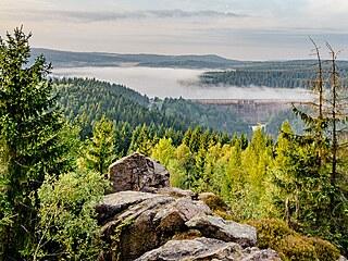 Pohled na flájskou přehradu z Puklé skály