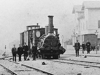 Železničáři při posunu u bývalé přijímací budovy Ostravsko-frýdlantské dráhy ve...