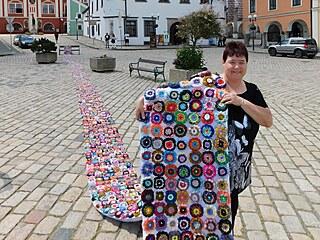 Blanka Böhmová s nataženým rekordním kobercem s vlněnými květinami na náměstí v...