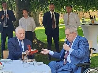 Václav Klaus přijal dárek od současné hlavy státu Miloše Zemana. (18. června...