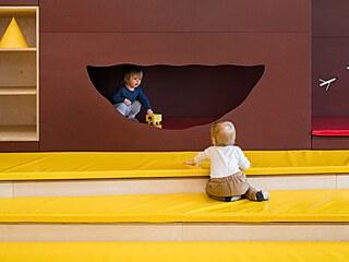 Děti i rodiče oceňují měkké bezpečí na schodech v herně.