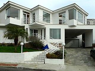 Celkový pohled na dům z ulice dokazuje, že postmoderní styl rozhodně není nudný.