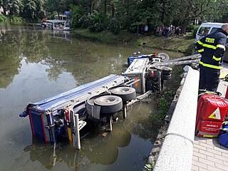 Proč řidič naboural tři jiná auta a pak skončil v rybníce, vyšetřují policisté.