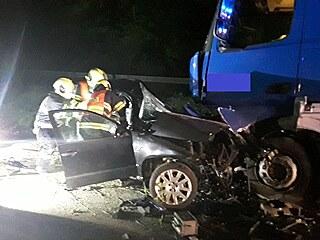 Mladý řidič narazil do kamionu a na místě zemřel, dva spolujezdci utrpěli vážná...