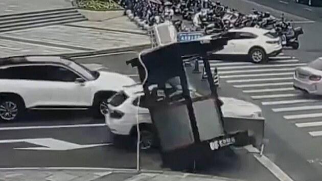 Řidič srazil policejní budku. Uvnitř byl strážník