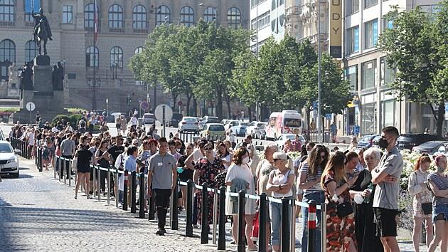 Primark v Praze otevřel, fronta se táhla až od sochy sv. Václava